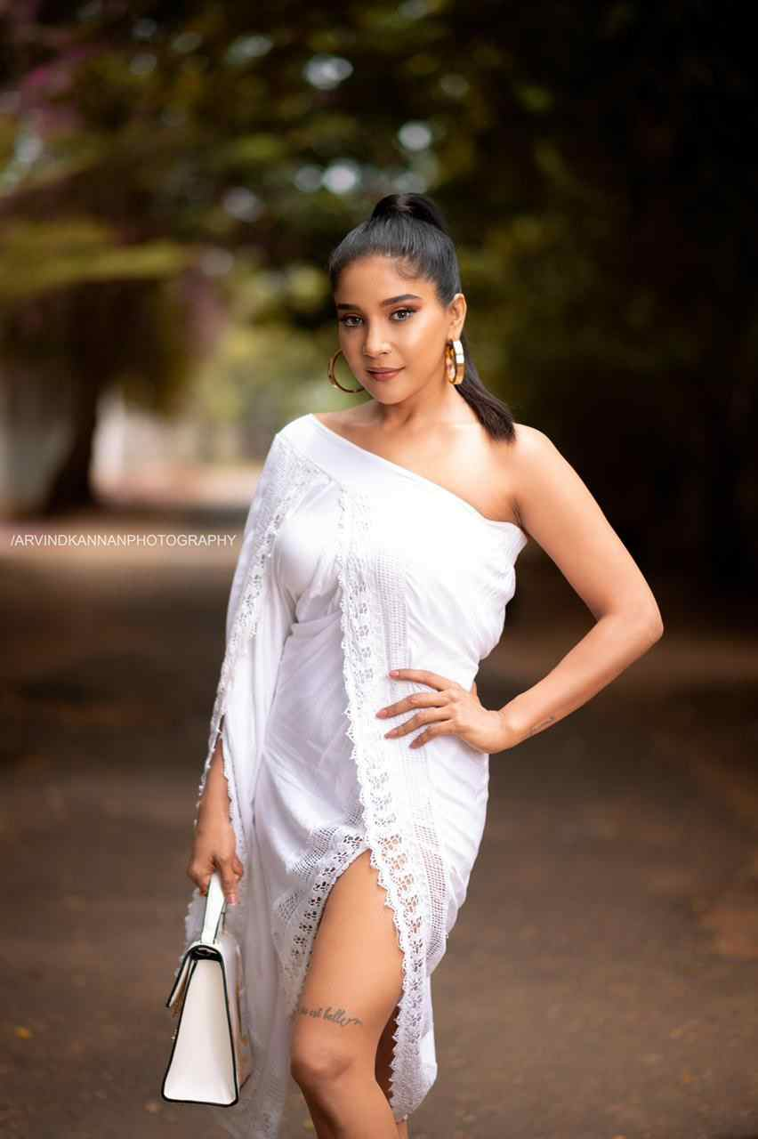 Actress Sakshi agarwal slaying in white outfit like a queen