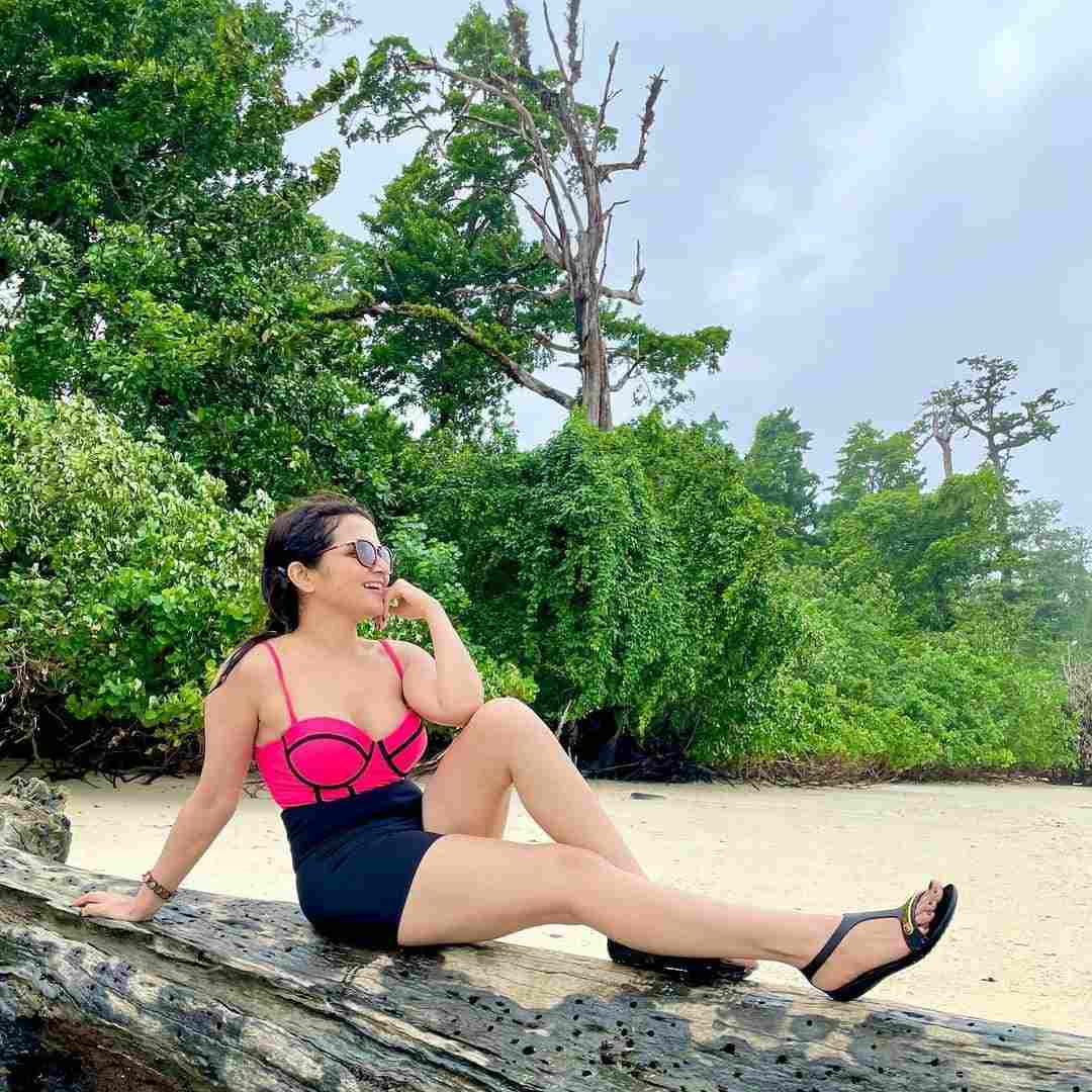 Famous VJ Dhivya Dharshini Never Seen Gorgeous Look in a Bikini